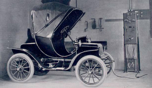 Modelo elétrico antigo, parecido com um Ford T