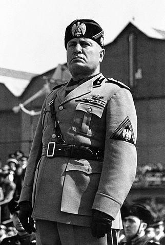 Benito Mussolini com seu uniforme fascista