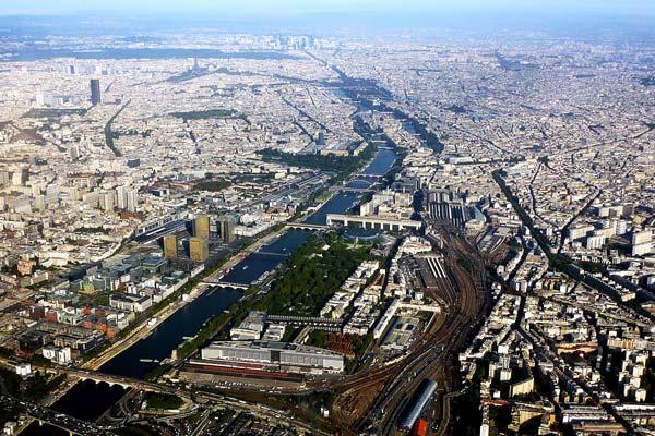 Vista aérea do Rio Sena em seu trecho dentro da cidade de Paris