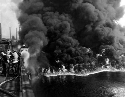 Rio Cuyahoga em chamas devido a vazamento de óleo.