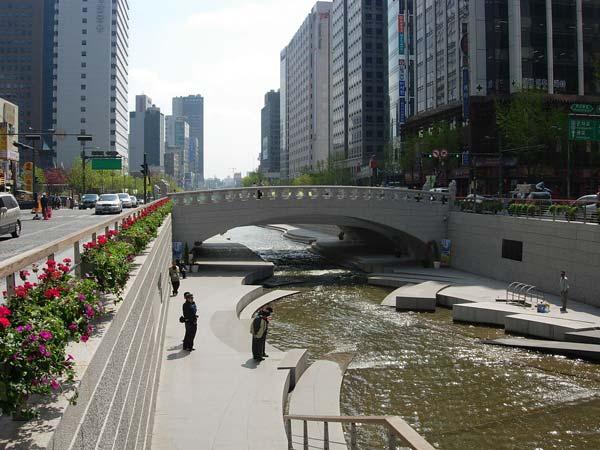 Cheonggyecheon, um afluente do rio Han passando no meio de uma cidade.