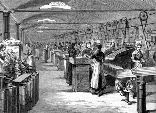 Mulheres trabalham em uma tecelagem