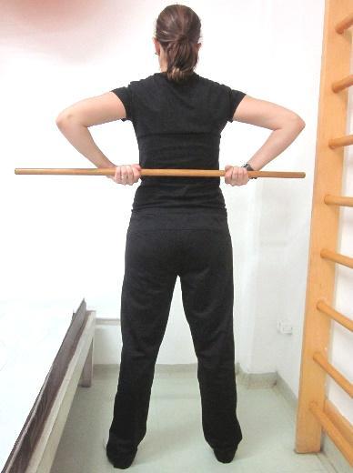 Segurar o bastão atrás do corpo